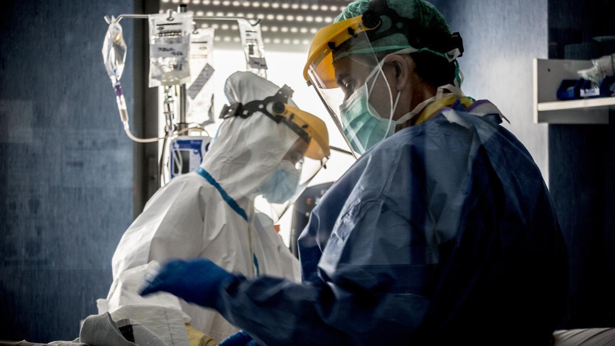 Personal sanitario cuida a un enfermo de covid en Alicante