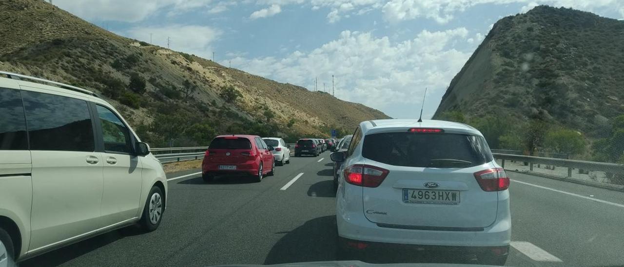 Atasco de vehículos a la altura de El Campello.