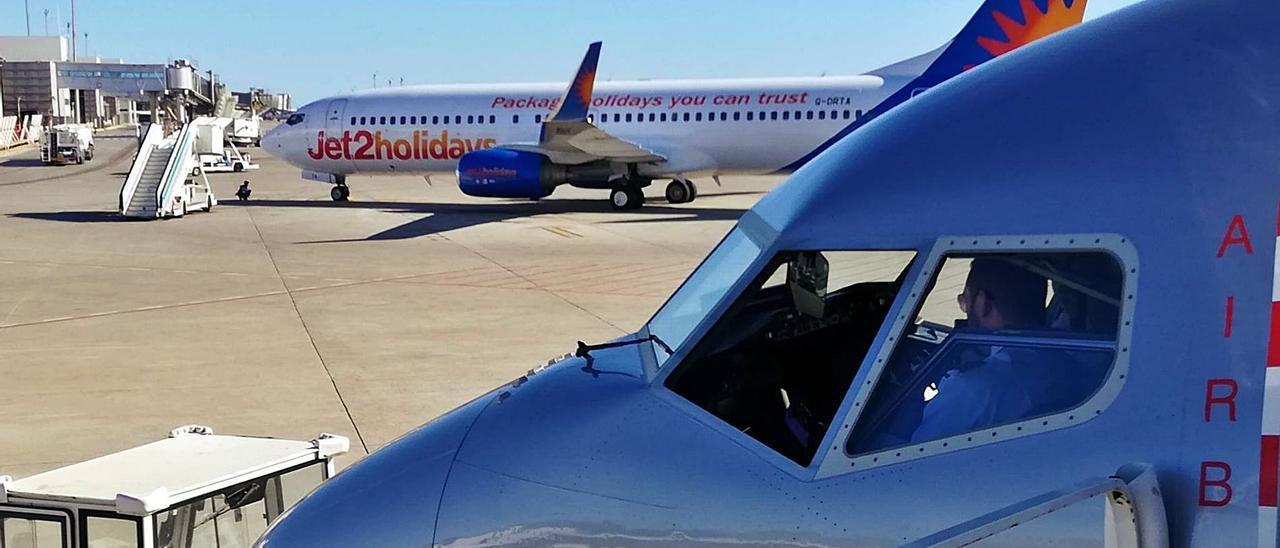Aviones de Jet2 en el aeropuerto de Eivissa. | J.M.L.R.