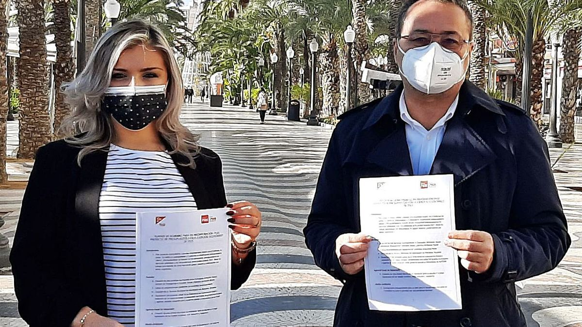 Cs spokesperson Mari Carmen Sánchez, and PSOE spokesperson, Francesc Sanguino, with the pact.