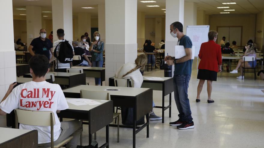 En dos aulas distintas y con más distancia de lo normal: así fue la EBAU en el HUCA