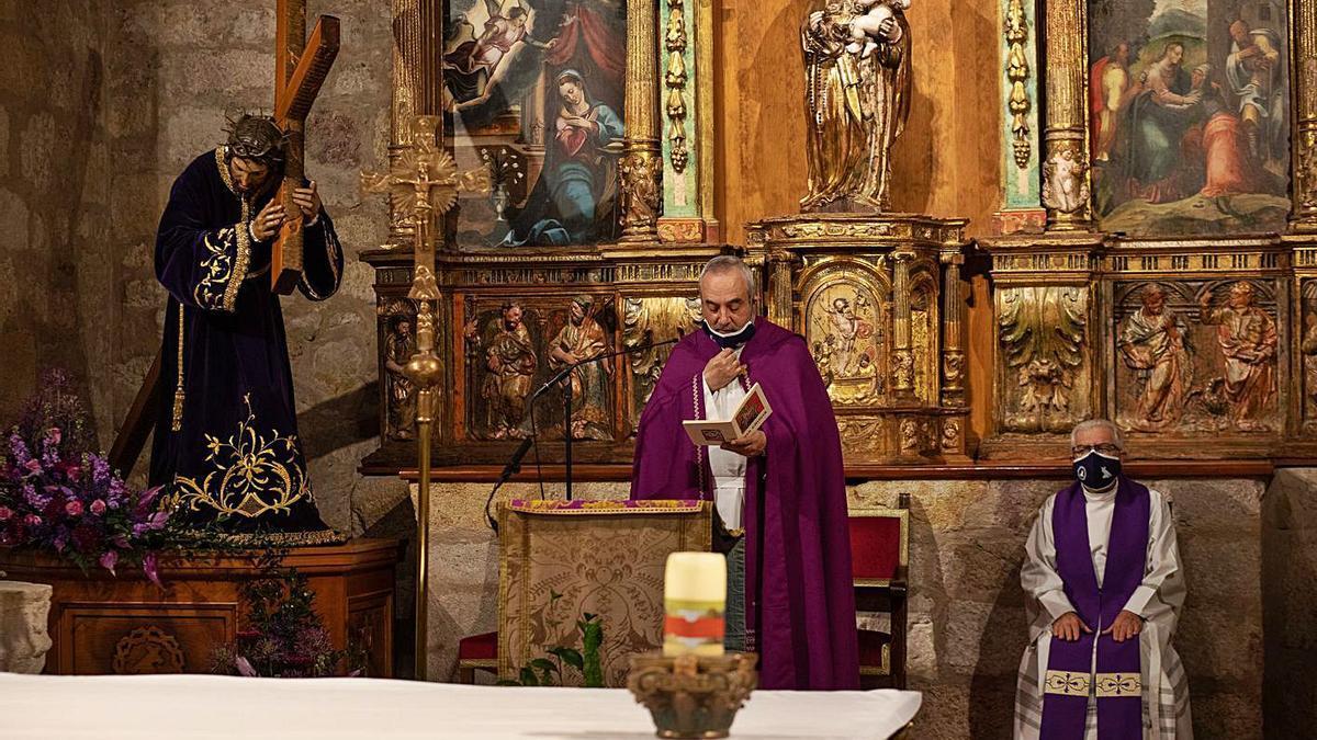 El párroco de San Frontis, José Ángel Rivera de las Heras, reza las estaciones ante el Nazareno.