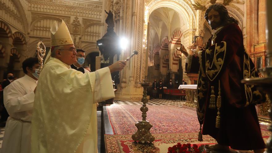 El obispo Demetrio Fernández bendice en la Catedral al titular de la Salud de Puerta Nueva