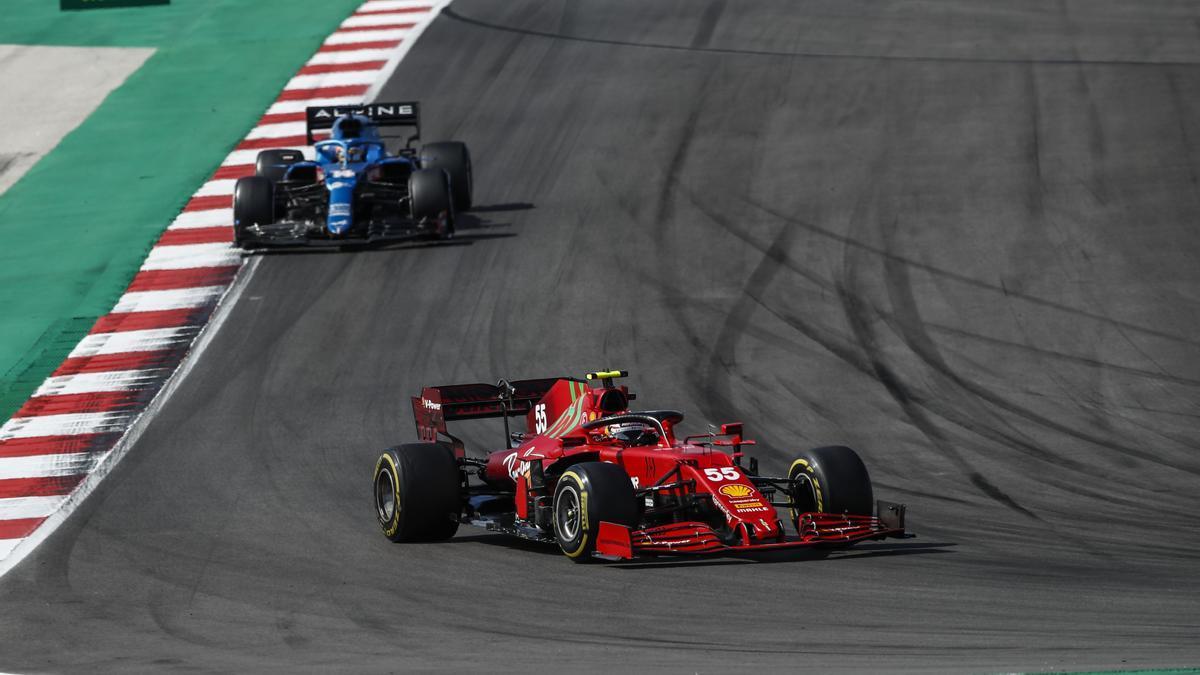 Fernando Alonso persigue a Carlos Sainz.