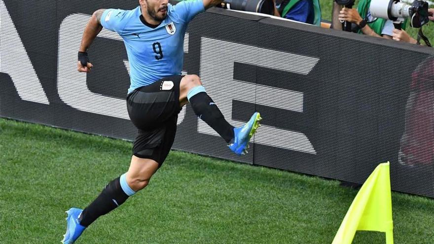 Uruguay pasa un trámite con Luis Suárez (1-0)