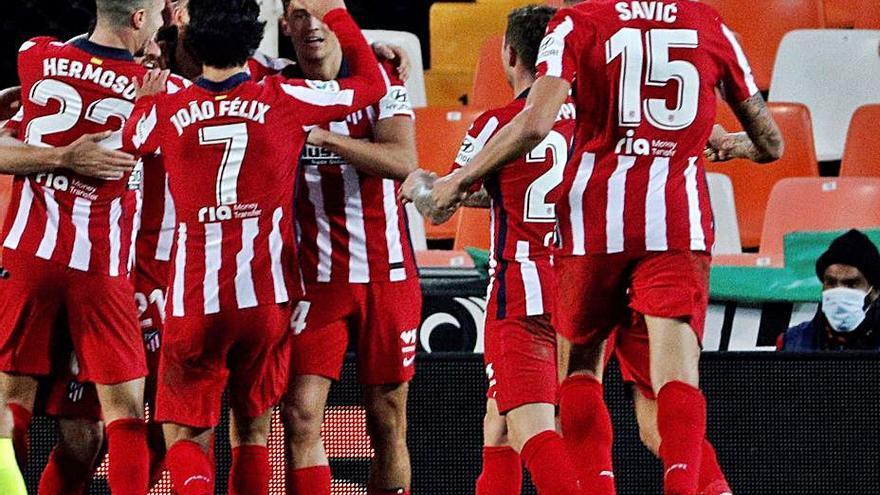Un autogol de Lato da un justo triunfo al Atlético