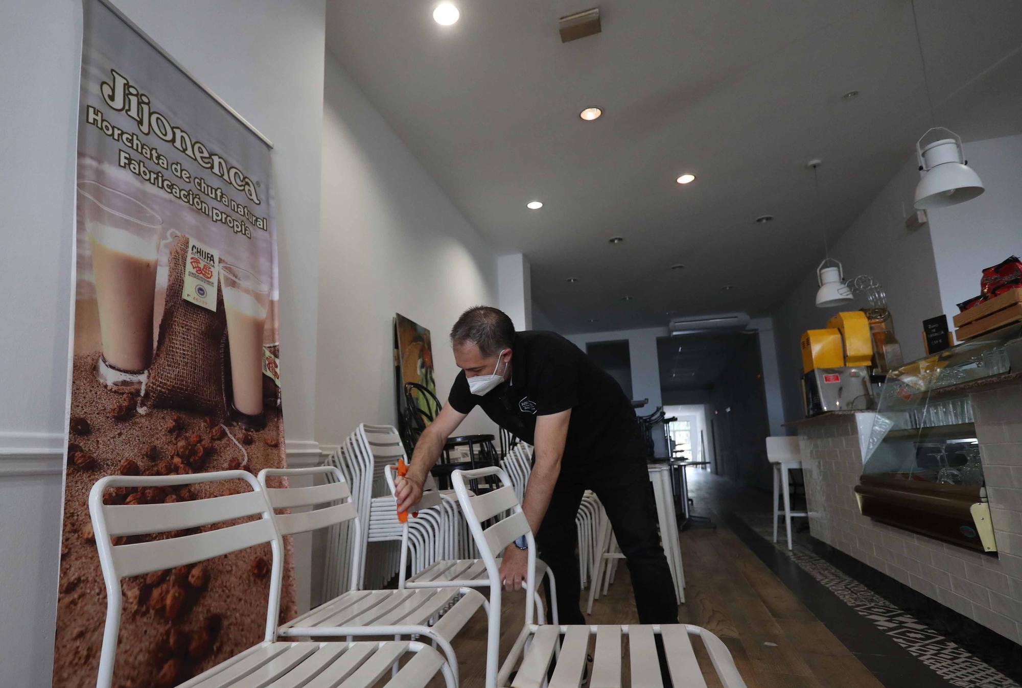 Los bares preparan sus terrazas para abrir este lunes