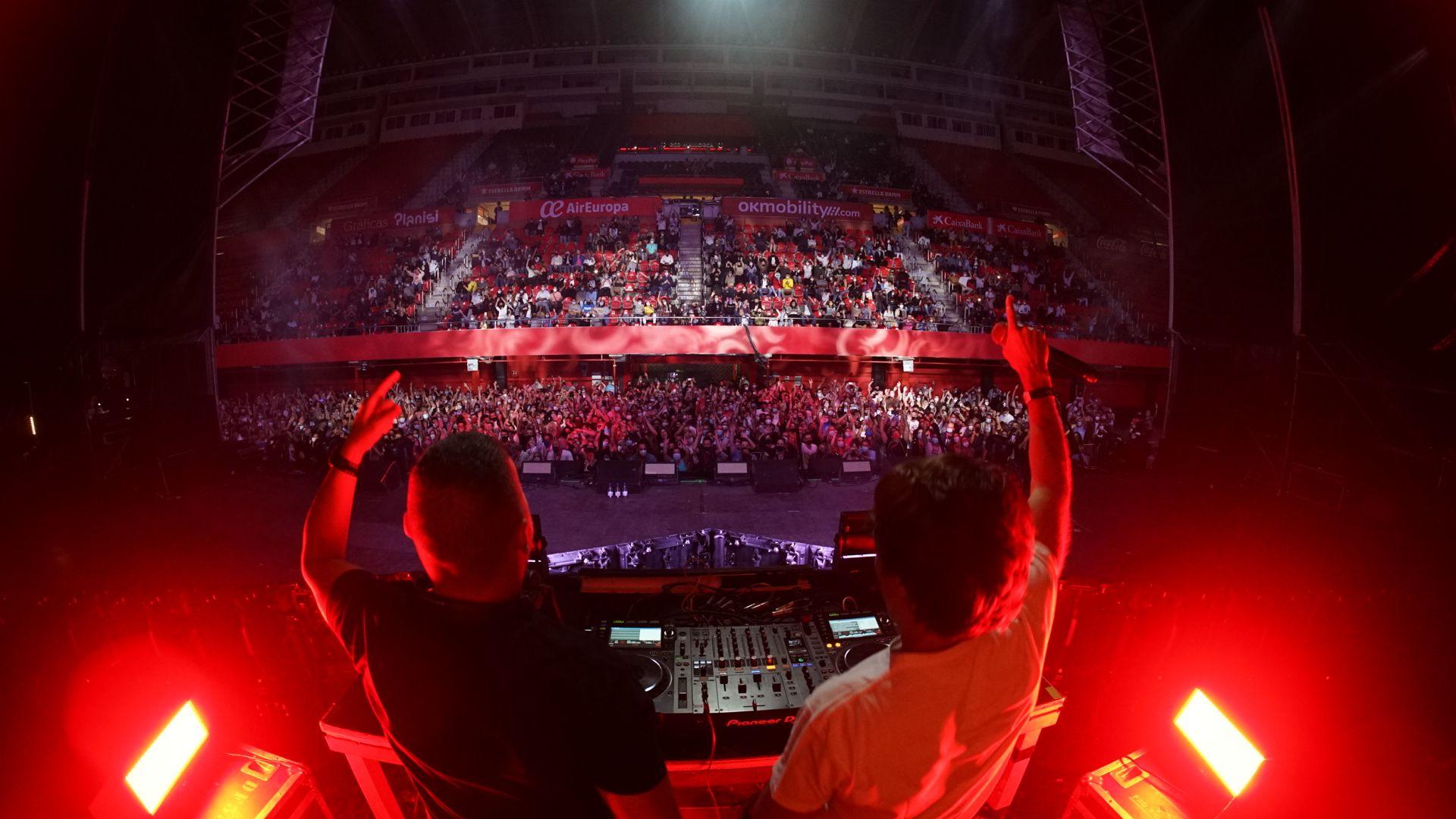 Große Bühne - Tausende Konzertbesucher im Stadion von Palma de Mallorca