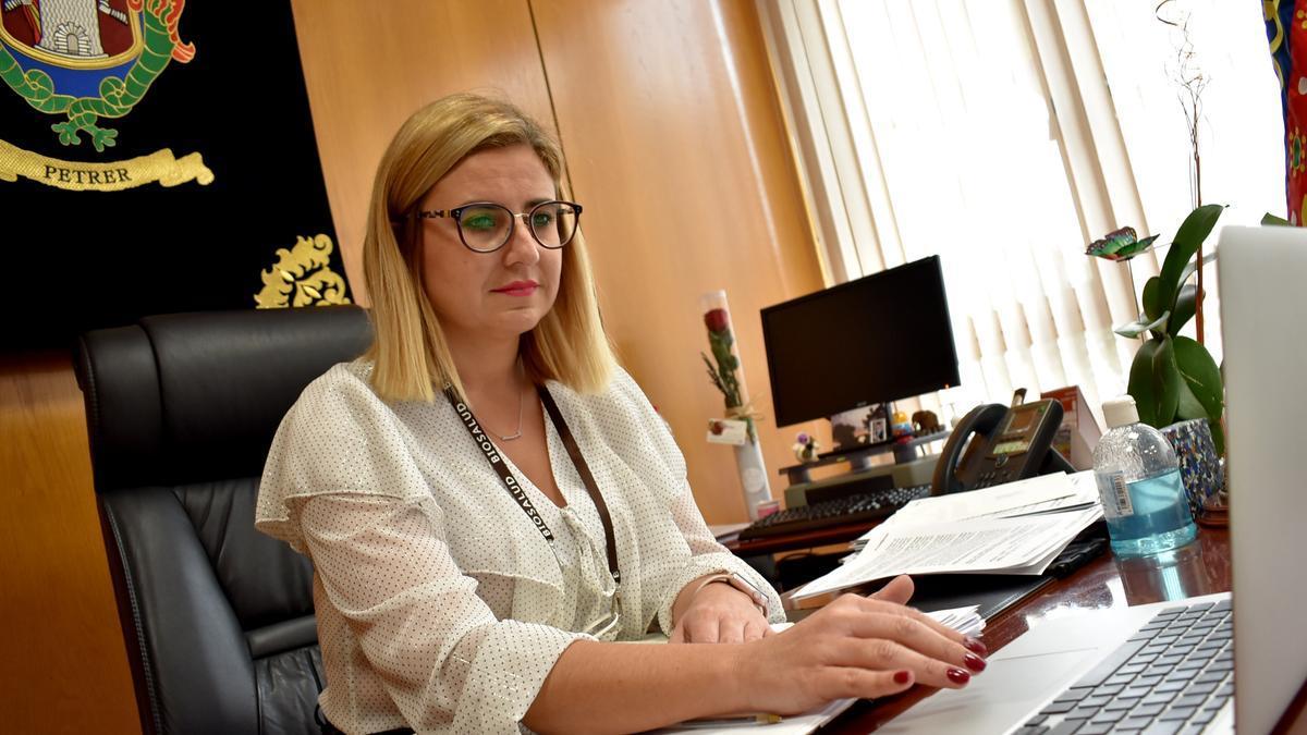 La alcaldesa de Petrer en su despacho.