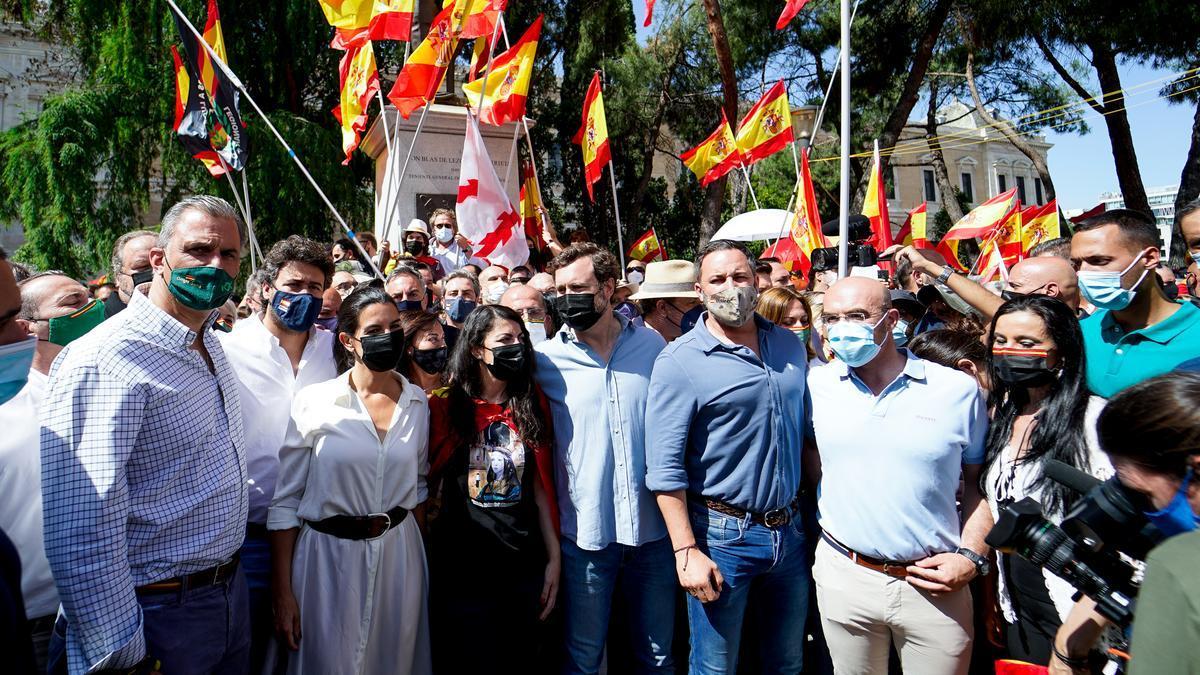 Santiago Abascal rodeado de otros dirigentes de Vox.