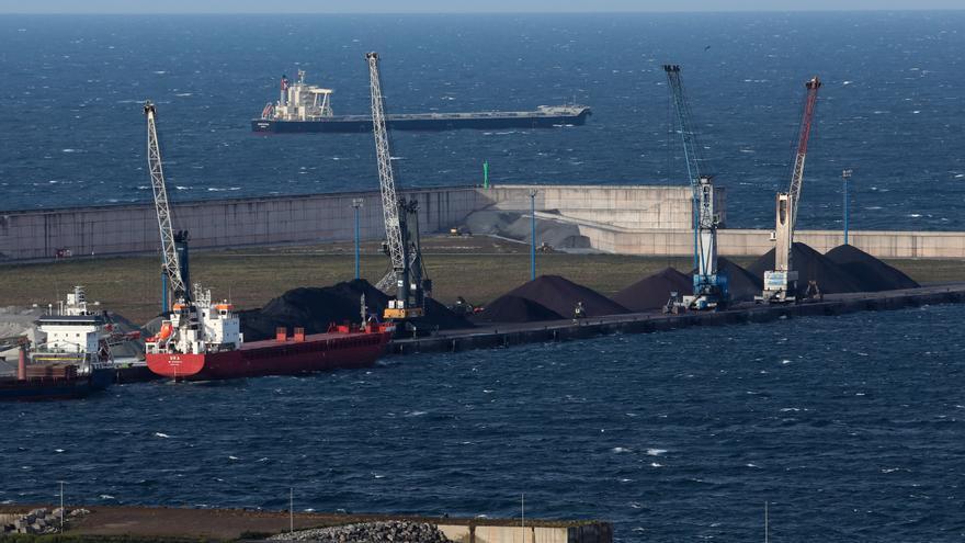 Arcelor desvía barcos a la ampliación de El Musel por el conflicto laboral en Ebhisa
