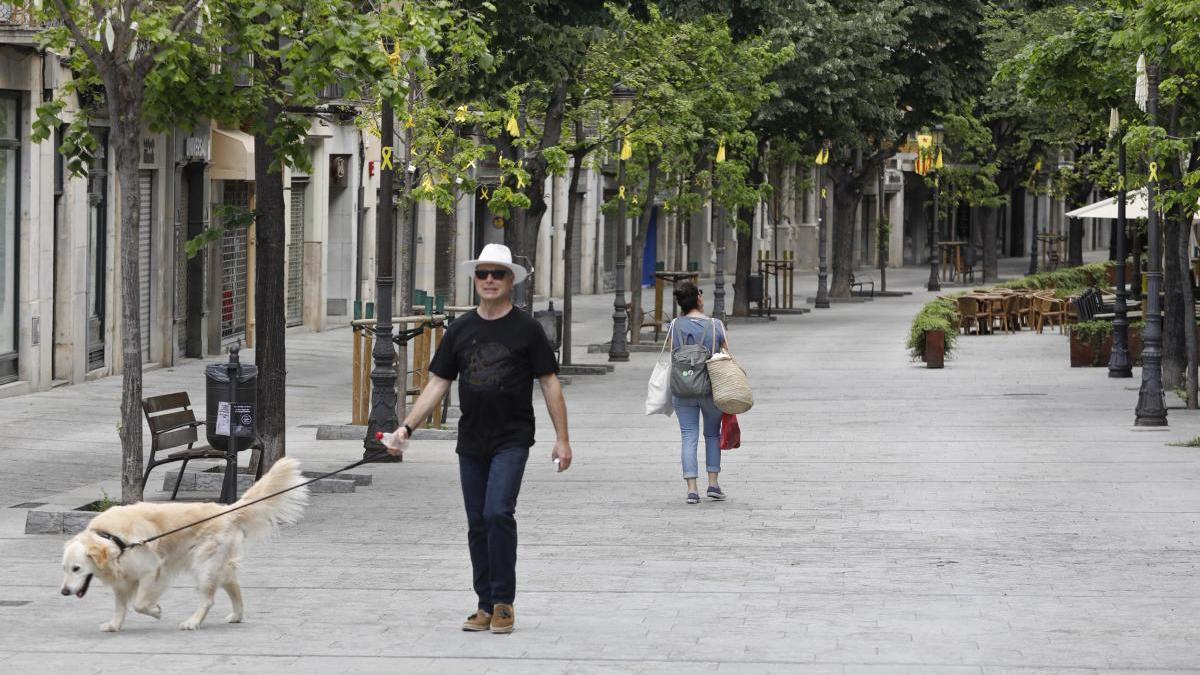 Gent caminant per la Rambla de Girona durant la crisi del coronavirus