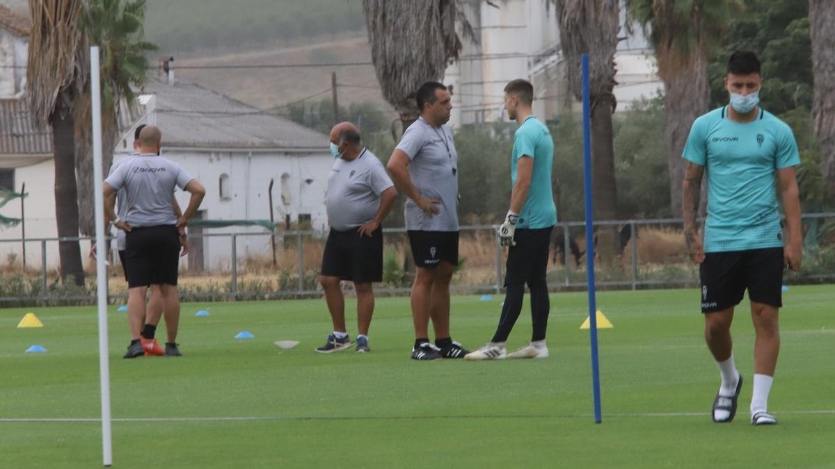 Carlos Marín y Germán Crespo charlan este lunes, con Viedma a la derecha, durante la sesión de recuperación del Córdoba CF.