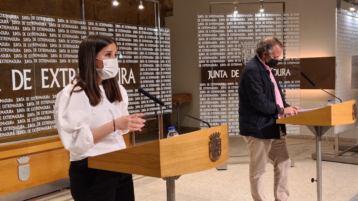 La portavoz de la Junta, Isabel Gil Rosiña, y el consejero de Economía, Rafael España, este miércoles en rueda de prensa.