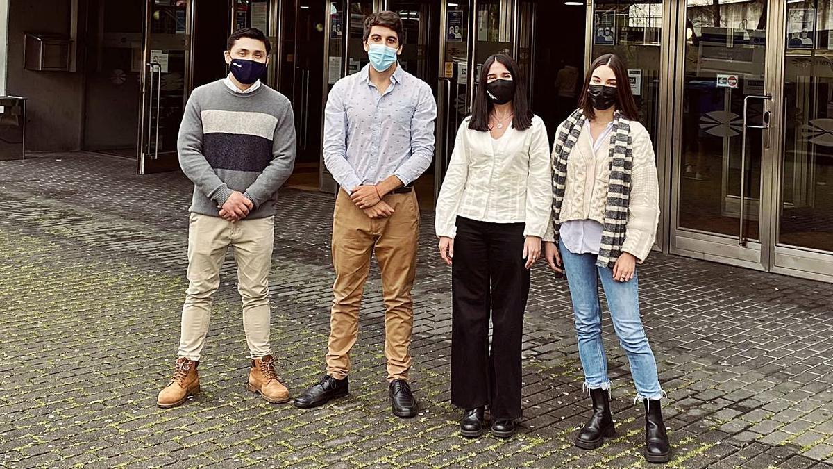 Los cuatro estudiantes que representarán a Galicia en la final nacional del certamen.     // LA OPINIÓN