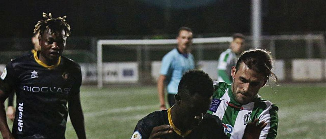 Ofon, con el balón, presionado por el jugador del Lenense Nacho Prieto, con Otia, del Caudal, detrás. | Julián Rus