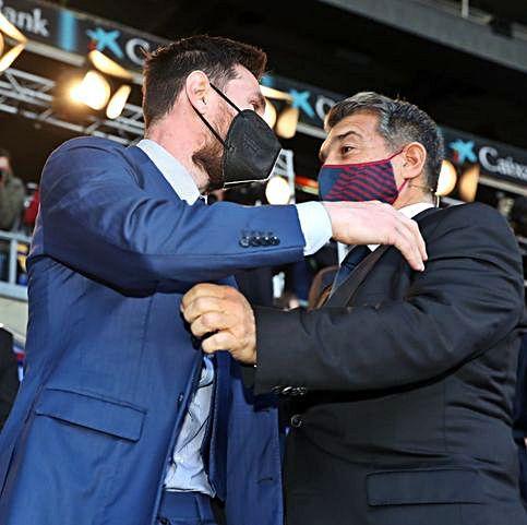 Laporta saluda a Messi.