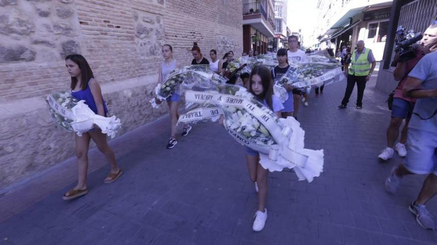 Silencio y rosas blancas en Beniel para despedir al niño asesinado por su padre