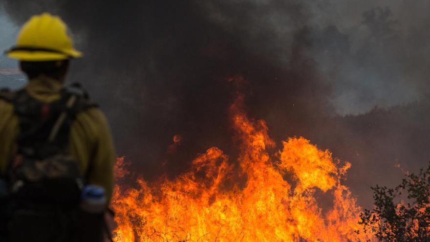 Al menos un muerto y cuatro desaparecidos en uno de los mayores fuegos de California