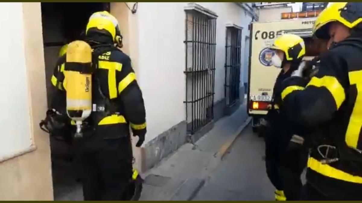 Muere un niño de tres años en el incendio de una vivienda en Cádiz.