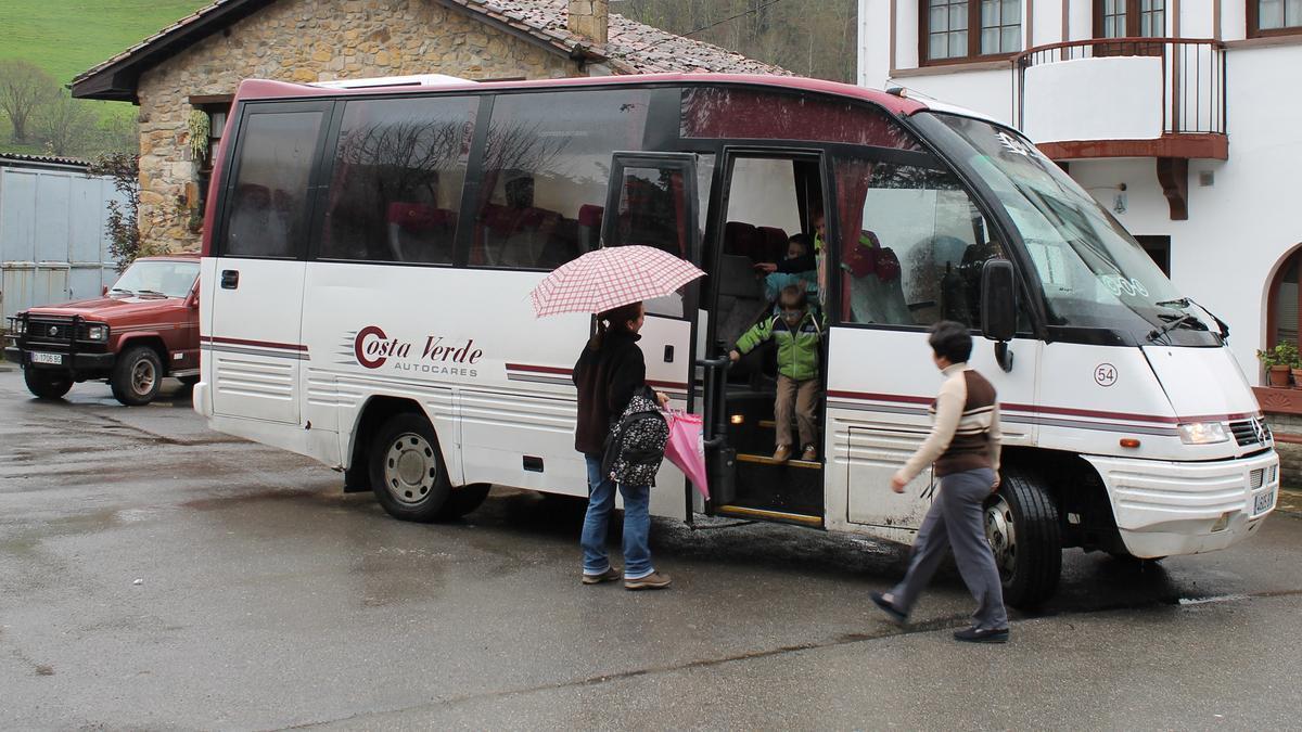 Un autobús escolar en ruta en Asturias.