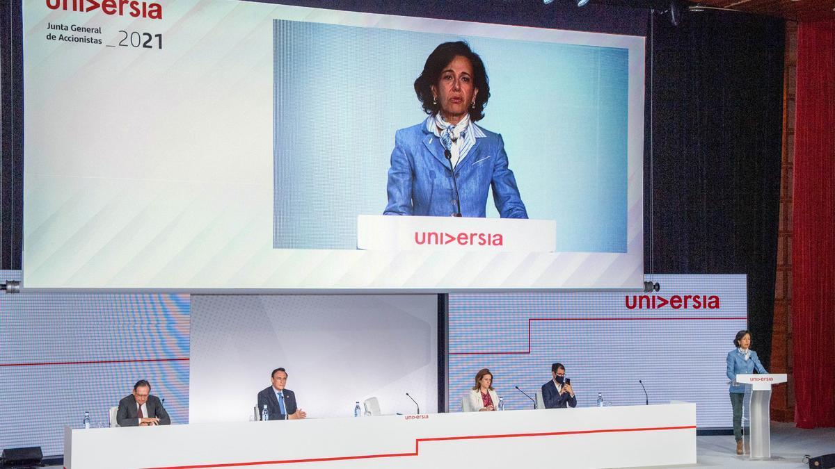Ana Botín y José Carlos Gómez Villamandos (segundo por la izquierda), en Universia 2021.