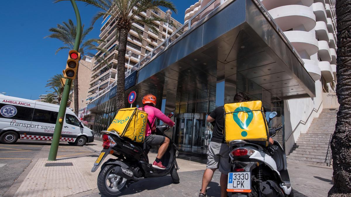 Entregas de Glovo para los jóvenes confinados en el hotel Palma Bellver.