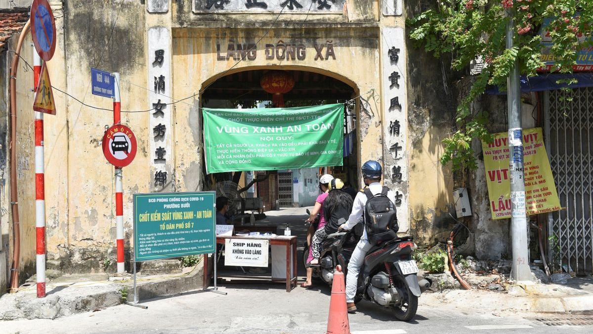 Un registro previo a la zona en cuarentena de la ciudad de Hanoi, en Vietnam.