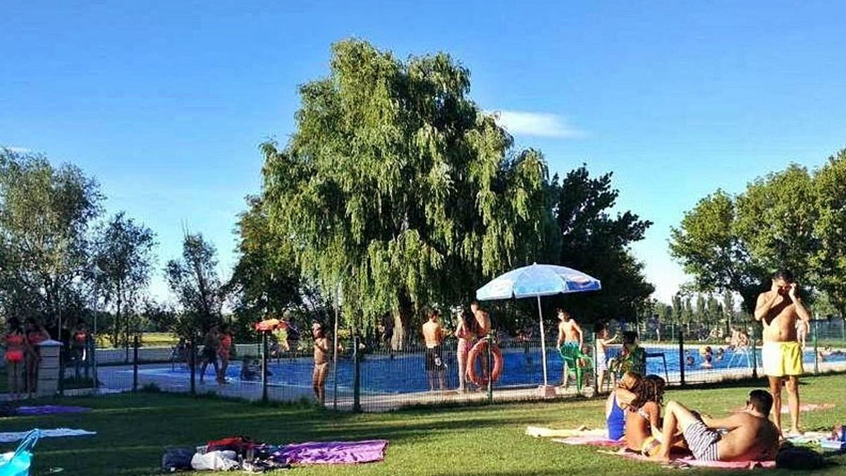 Bañistas, en la piscina de Villaralbo en una pasada temporada.   A. V.