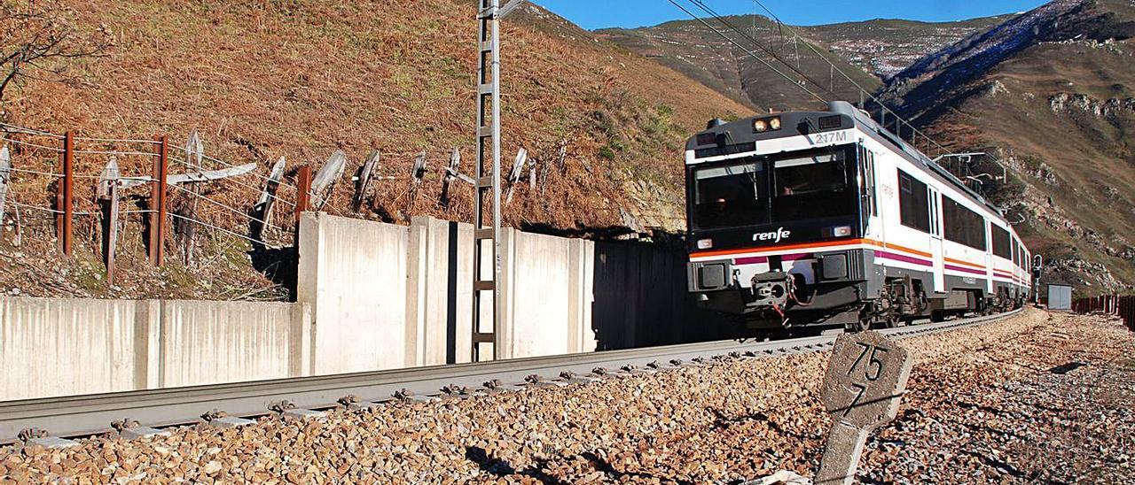 Un tren pasa por la rampa de Pajares.   Ramón Díaz