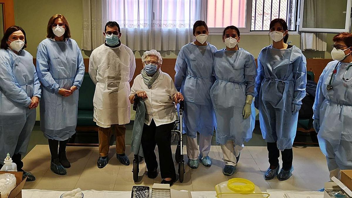 Pilar Anechina con el equipo encargado de administrarle la vacuna. | LEVANTE-EMV