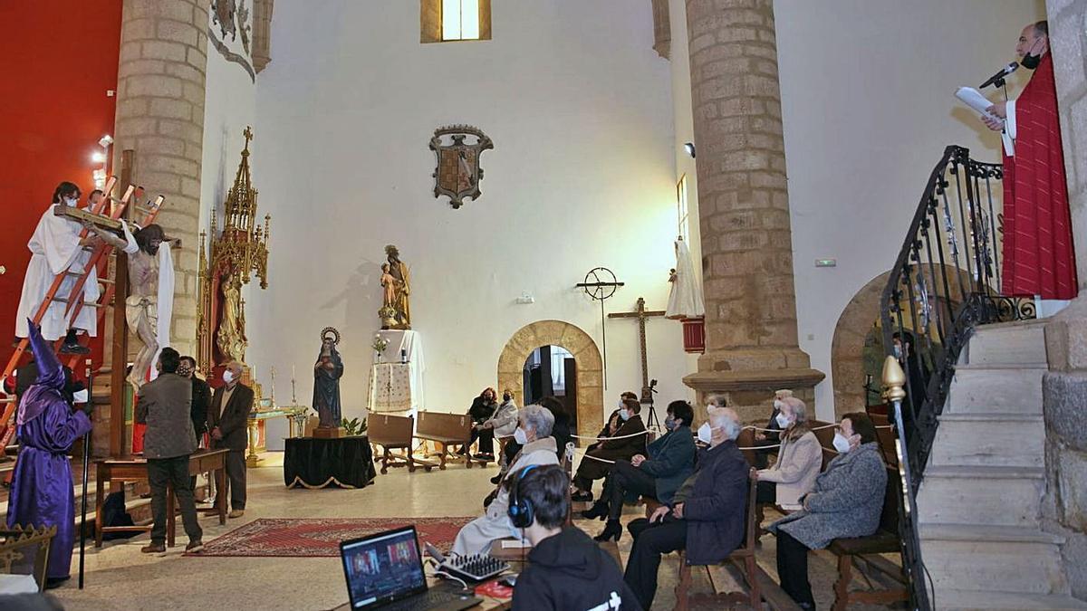 Acto de descencimiento del Cristo realizado en el Santuario de la Virgen de la Salud de Alcañices. | Chany Sebastián