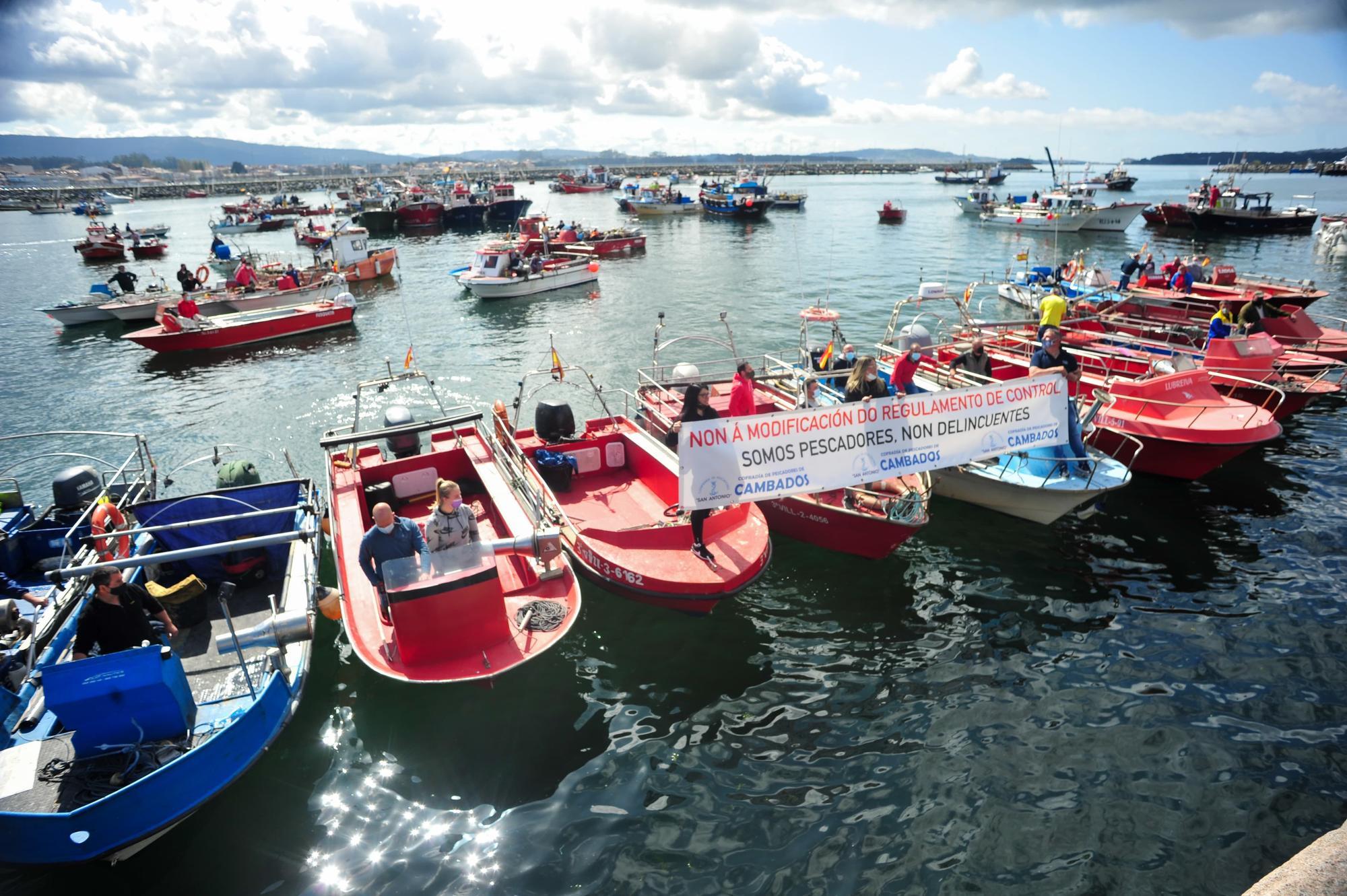 La protesta desarrollada por la flota de Cambados contra el reglamento de la UE, ayer.    Iñaki Abella (6)-min.jpg