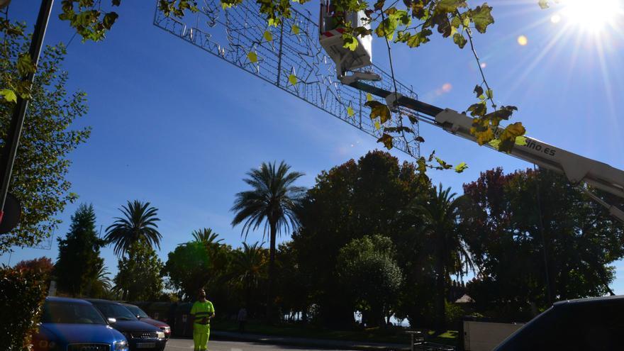 Cangas inicia la instalación de 81 arcos y 103 elementos luminosos que animarán la Navidad desde el 3 de diciembre