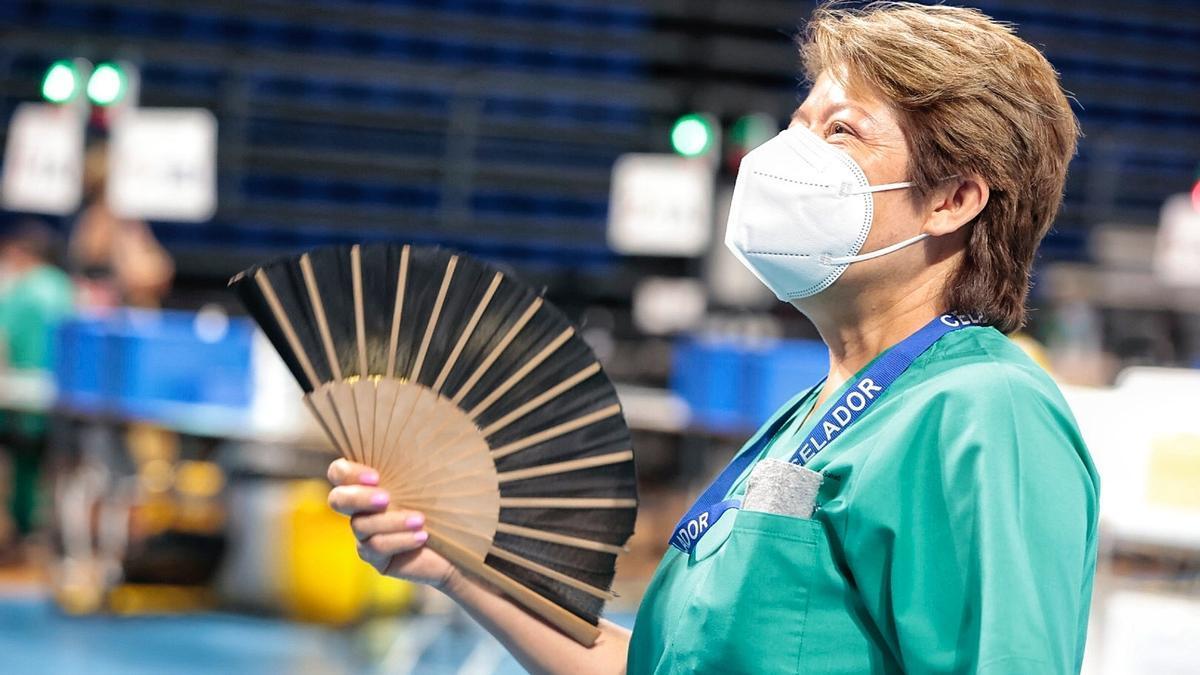 Una mujer se abanica debido a las altas temperaturas registradas en Tenerife.