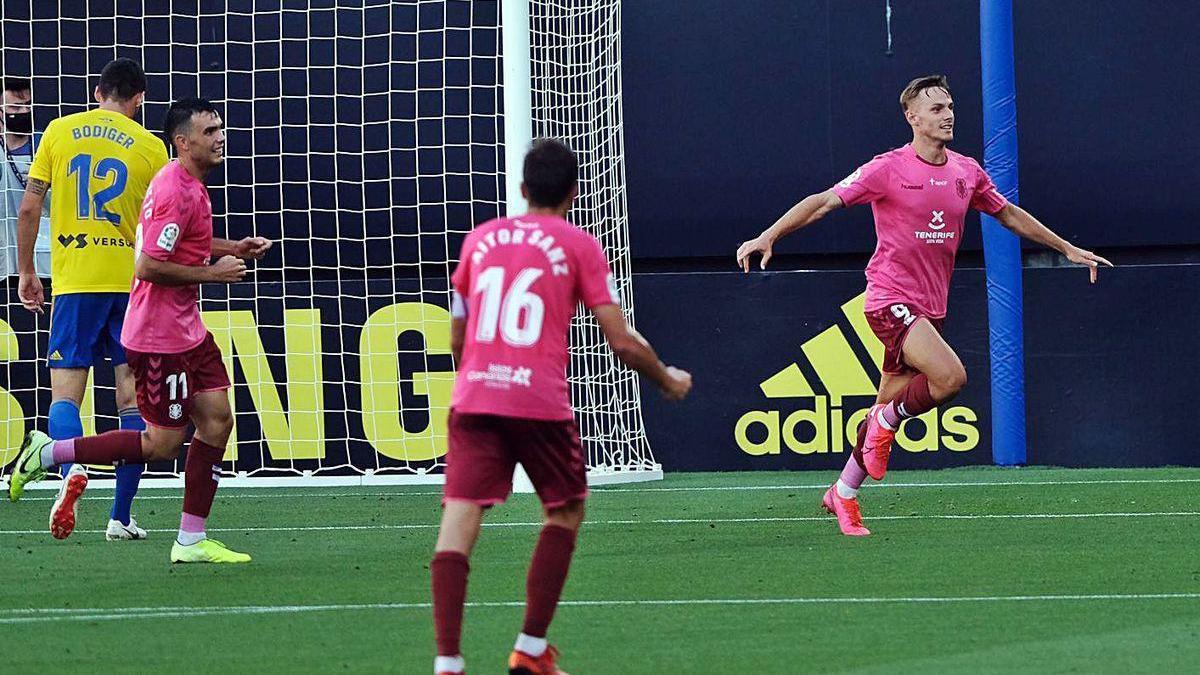 Los jugadores del Tenerife celebran uno de sus goles ayer en Cádiz.