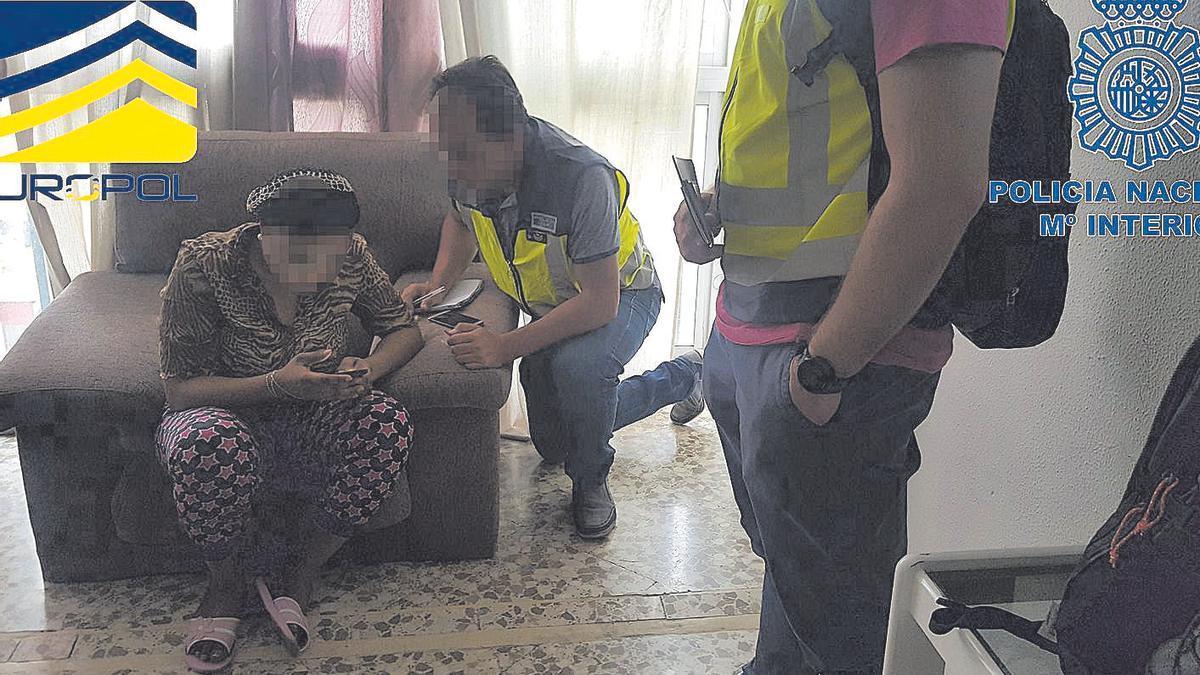 Una mujer explotada sexualmente en un piso es rescatada por la Policía Nacional.