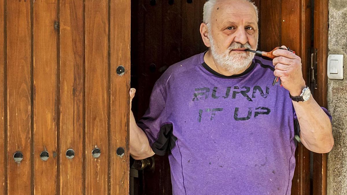 Segimon Baulenas, a l'entrada del seu taller de Maçanet