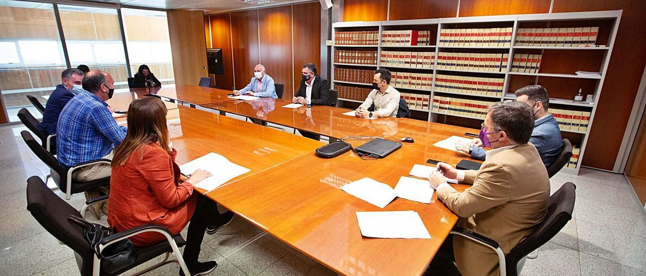 Marí Ribas se reunió en Eivissa con representantes del Consell y de los cinco municipios. | V. MARÍ
