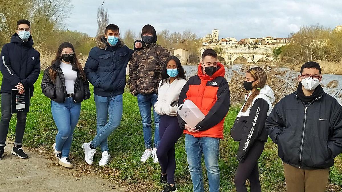 Un grupo de alumnos del Santísima Trinidad, durante una salida a la ribera del río.