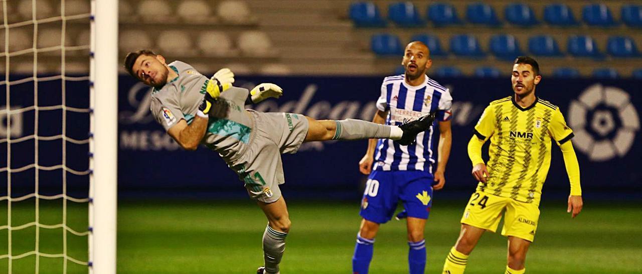 Femenías despeja un balón ante Yuri y Lucas durante el partido de ayer.  | LOF