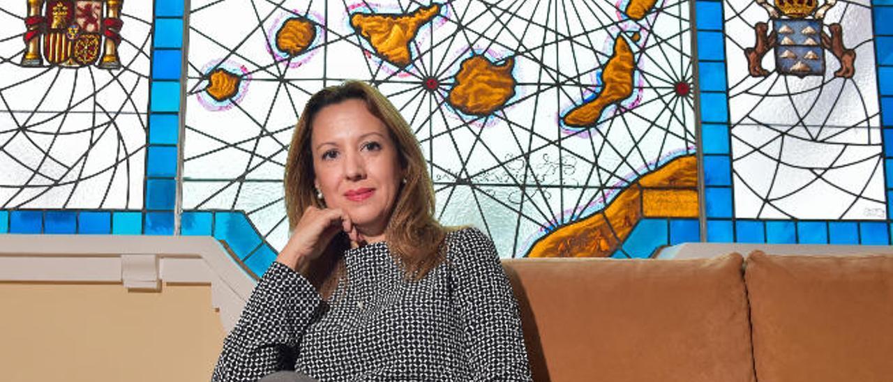 La consejera de Hacienda del Gobierno canario, Rosa Dávila, en su despacho de la capital grancanaria.
