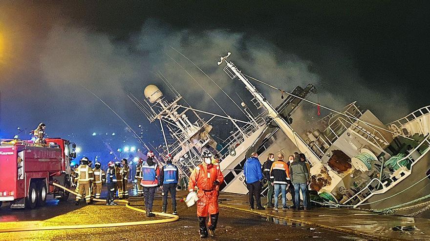 """El """"Baffin Bay"""", de Copemar, se hunde en el puerto tras sufrir un incendio durante una reparación"""