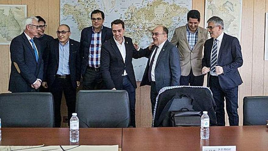 Miembros del comité ejecutivo de la Cámara de Comercio e Industria con el alcalde y el gerente del CTLB.
