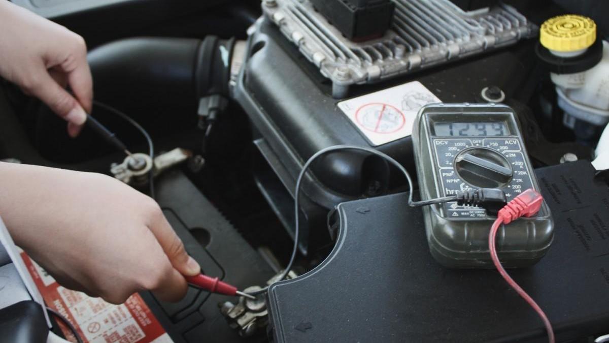 La batería causa el 30% de las averías del coche en verano