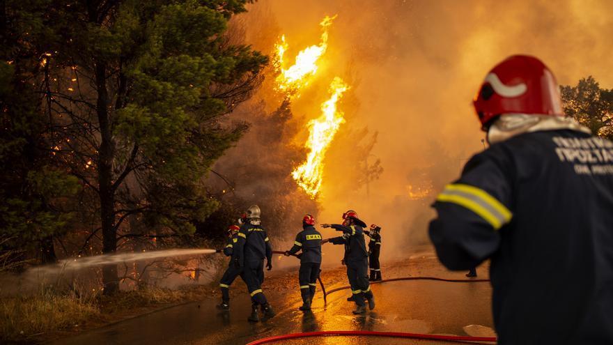 Els forts vents multipliquen els incendis en el nord d'Atenes