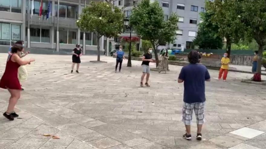 Una clase gratuita de Swing frente al Concello de Salceda