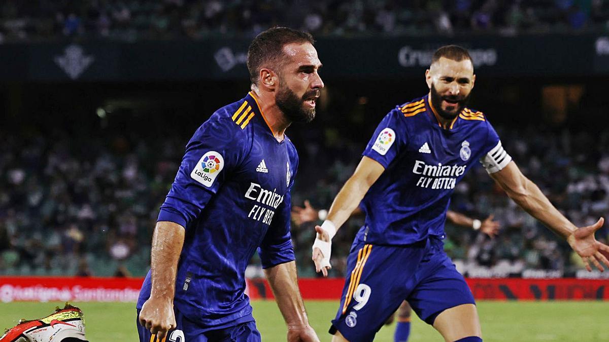 Carvajal, con Benzema al fondo, celebra su gol de ayer al Betis. |  // REUTERS
