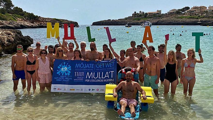 Baño solidario en Portocolom por la esclerosis múltiple