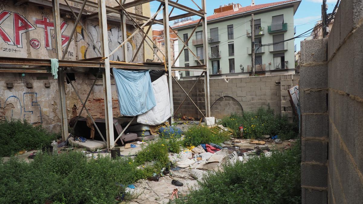Enseres de las personas sin techo que acampan en el solar anexo a los palacios dels Exarchs